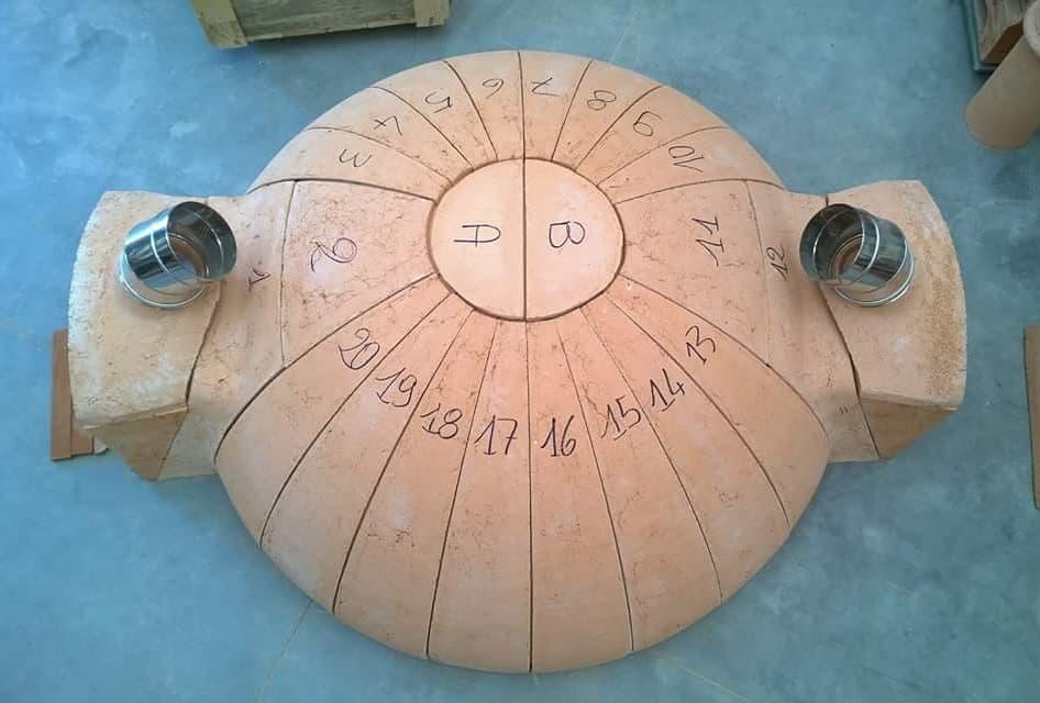 Un forno a legna con doppia bocca pronto per l'installazione