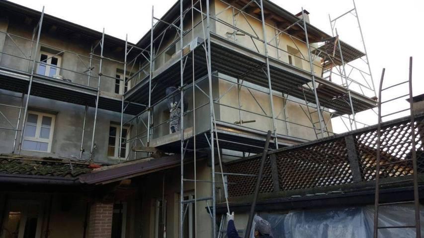 Ristrutturazione di caseggiato con impalcatura edile