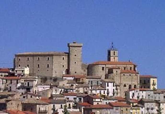 Il borgo con il castello di Casoli