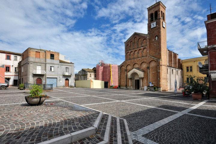 La piazza e la chiesa di San Salvo