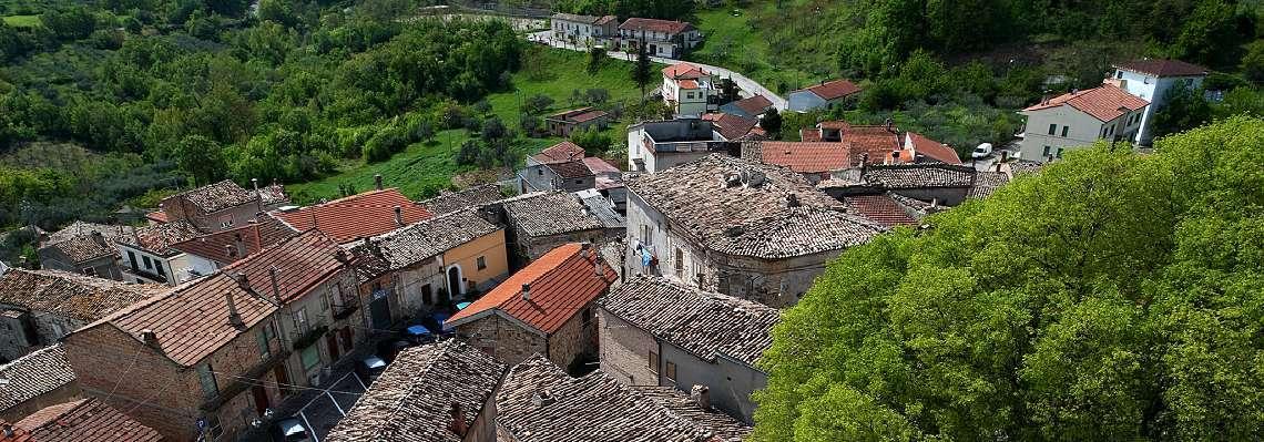 Uno scorcio dei tetti del borgo di Carpineto Sinello