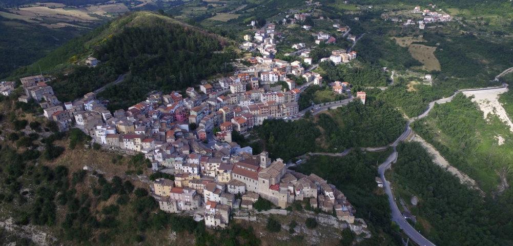 Un'immagine aerea di Colledimezzo