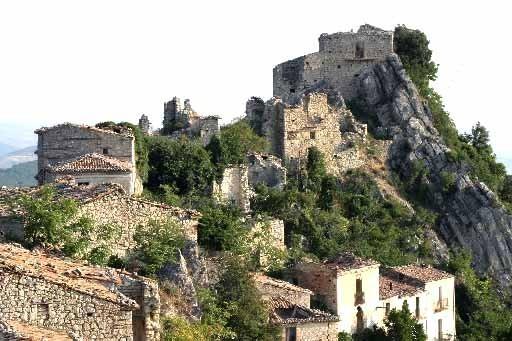 Uno scorcio del borgo antico di Montebello sul Sangro