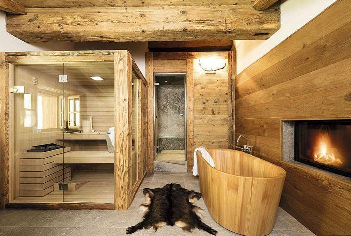 Un camino elettrcio in un bagno con sauna in stile rustico