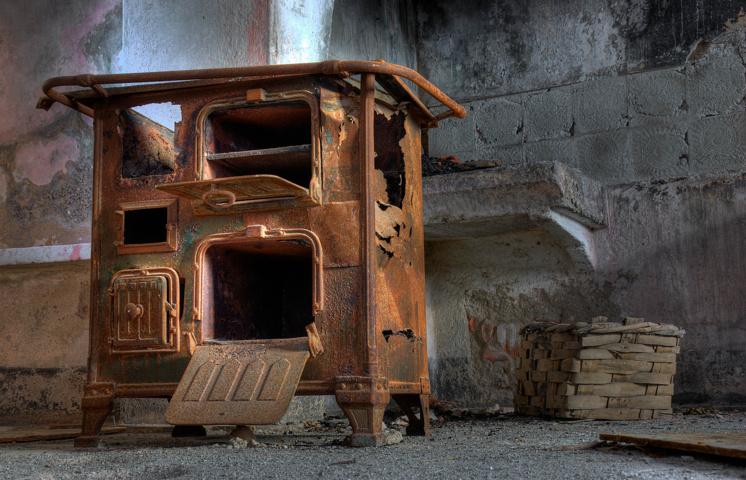 Il rudere di una stufa a legna