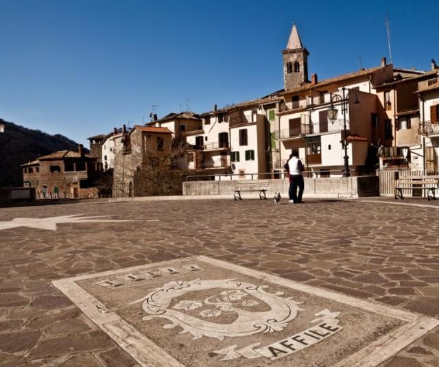 La piazza con lo stemma comunale di Affile