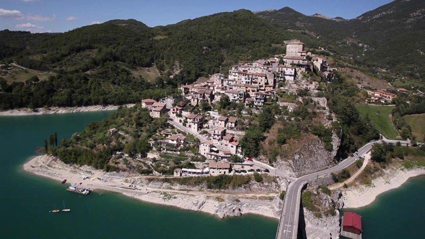 Un'immagine aerea di Castel di Tora