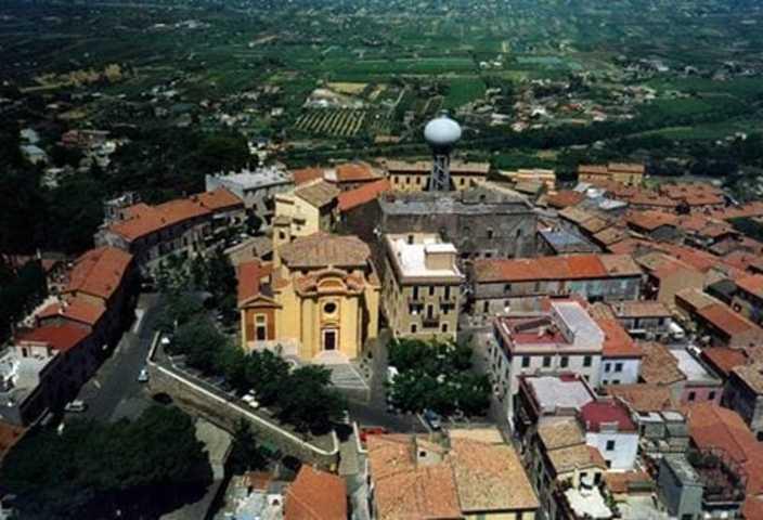 Un'immagine aerea di Colonna