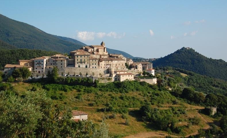 Il panorama del borgo di Mompeo