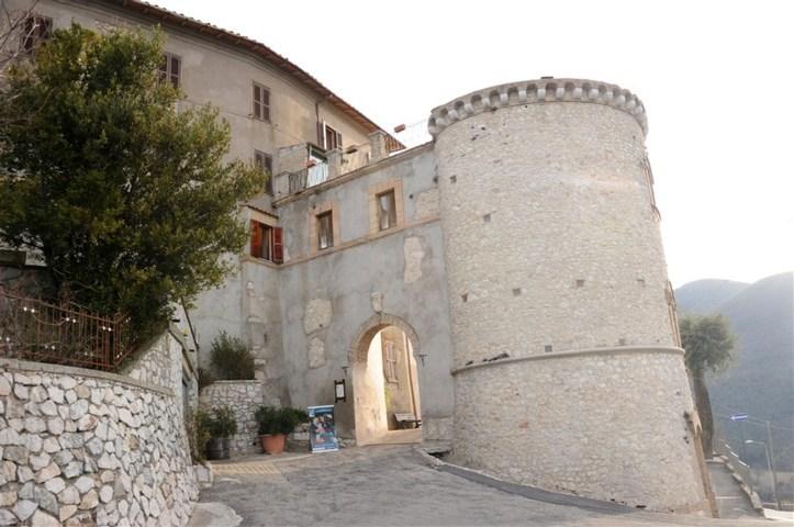 La porta del castello di Montasola