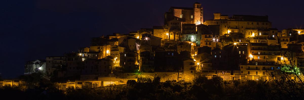 Il panorama di notte di Rocca Santo Stefano