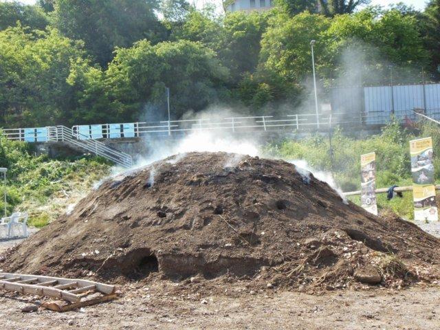 Una carbonaia funziona a pirolisi
