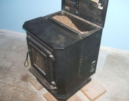 Una stufa a pellet vecchia