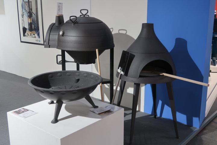 Un set composto da forno, barbecue e braciere in ghisa per il giardino