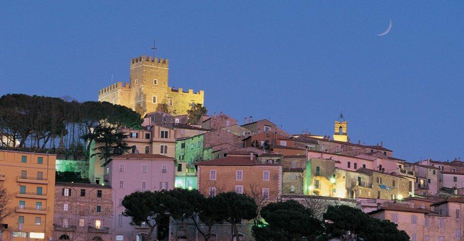 Un'immagine notturna di Manciano