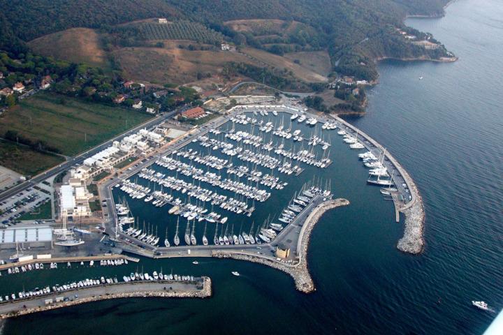 Un'immagine aerea del porto di Scarlino