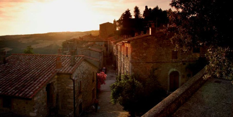 Uno scorcio del borgo di Semproniano al tramonto