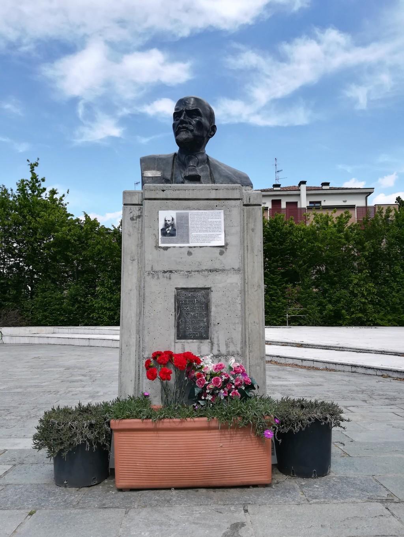 La scultura del busto di Lenin a Cavriago