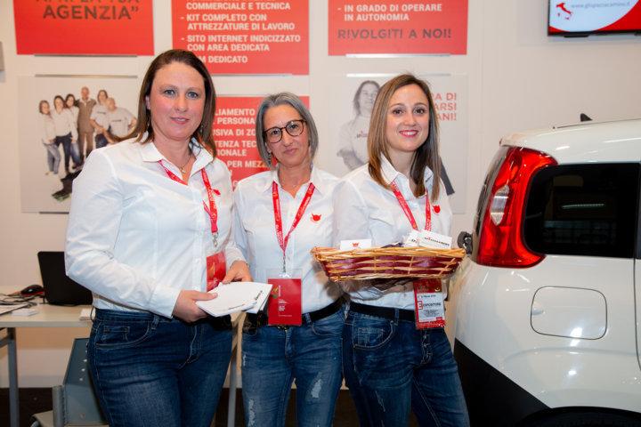Lo staff femminile de Gli Spazzacamino di Manlio alla fiera di Arezzo