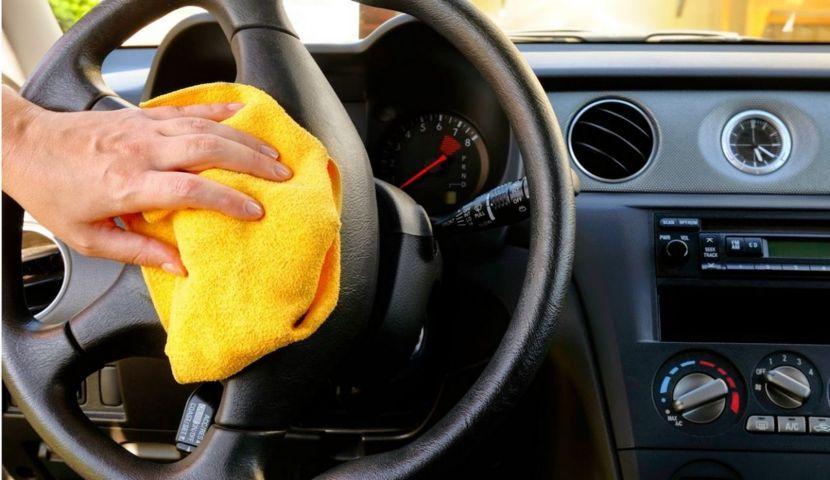 Igienizzazione dell'auto con un panno microfibra