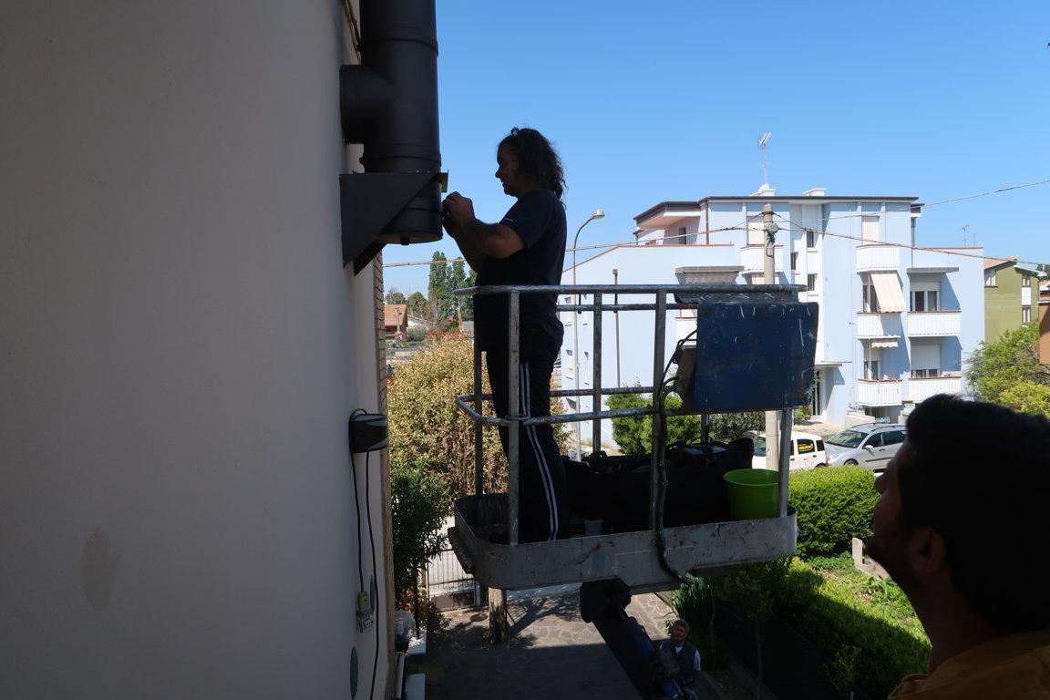Gli Spazzacamino di Manlio lavoro all'opera con elevatore